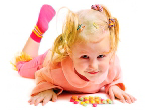 девочка ребенок и витамины