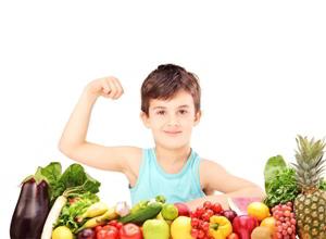 мальчик и много фруктов