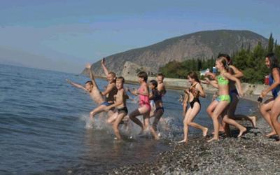 дети прыгают в море