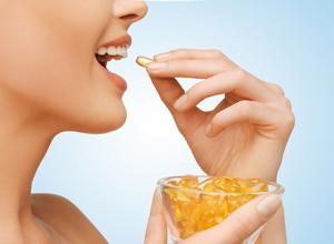 девушка принимает витамины