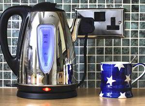 электрический чайник на столе