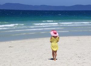 девушка на песочном пляже и море
